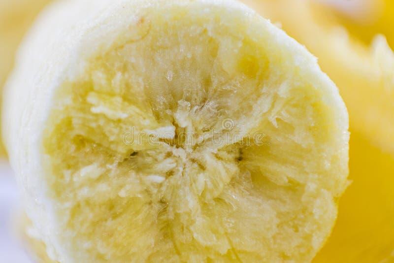 Stängning av bananer selektiv fokus på en vit bakgrund som lätt kan användas för illustrationer eller formgivning royaltyfri bild