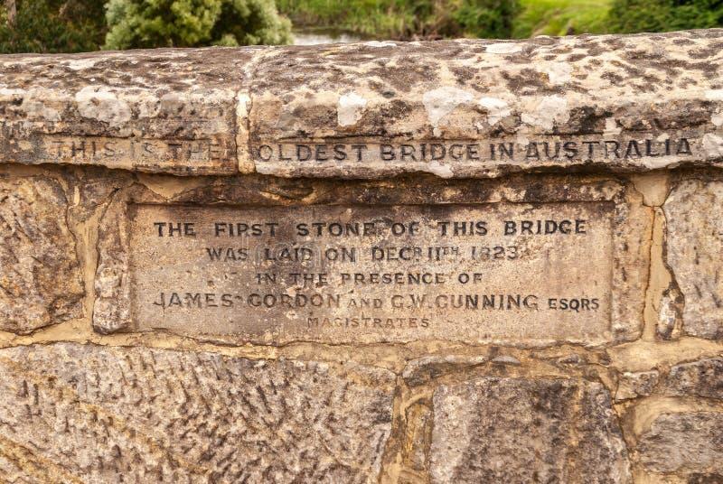Stängning av inskriptionen på Richmond Bridge i Richmond, Tasmania, Australien royaltyfria bilder
