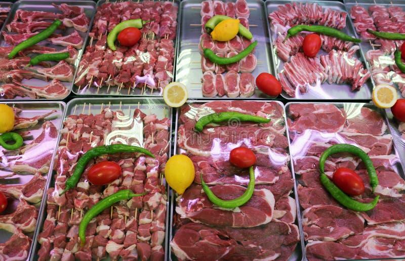 Stängning av kött i en stormarknad royaltyfri fotografi