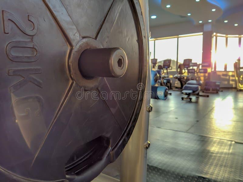 Stängning av 20 kilo metallstål och modern gym-utrustning på en solig dag arkivfoto