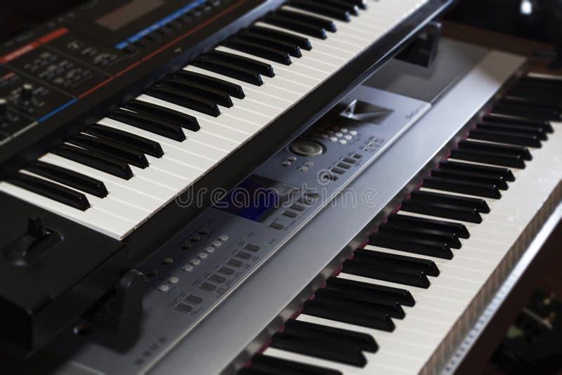 Stängning av pianoelektroniska organ med tangentbord Modern musik arkivfoto