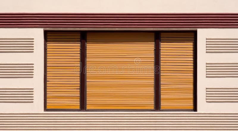 Stängt fönster med bruna träslutare royaltyfri foto
