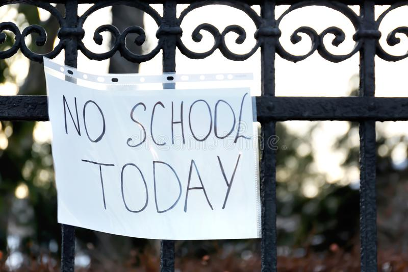 Stängt förfallet snöfall för skola arkivbild