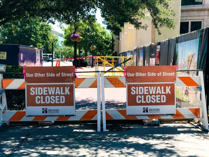 Stängt fot- varningstecken för trottoar royaltyfri bild