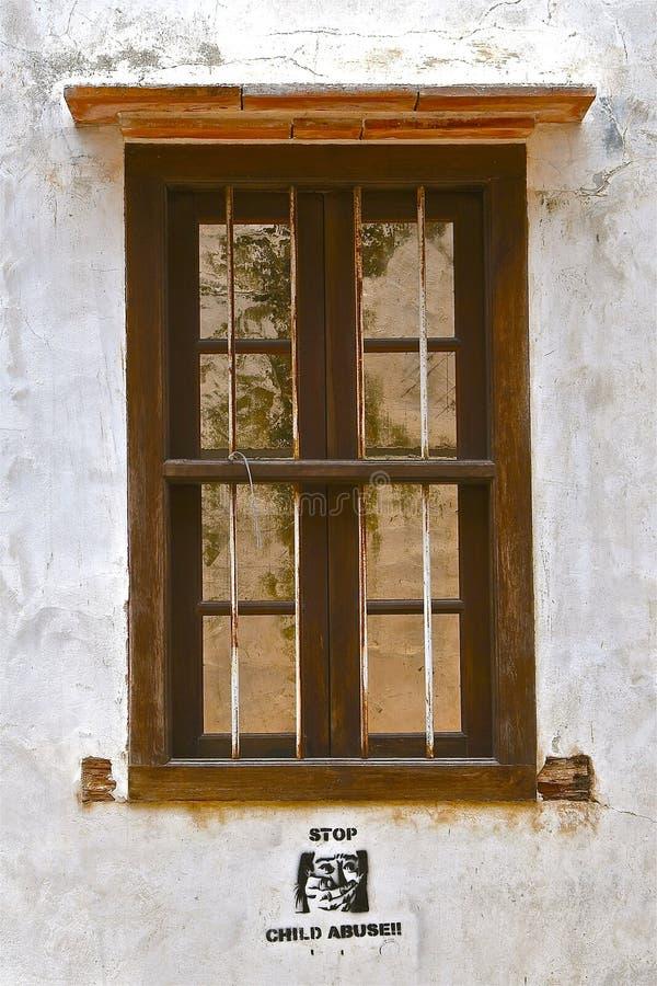 Stängt lantligt träfönster arkivbilder