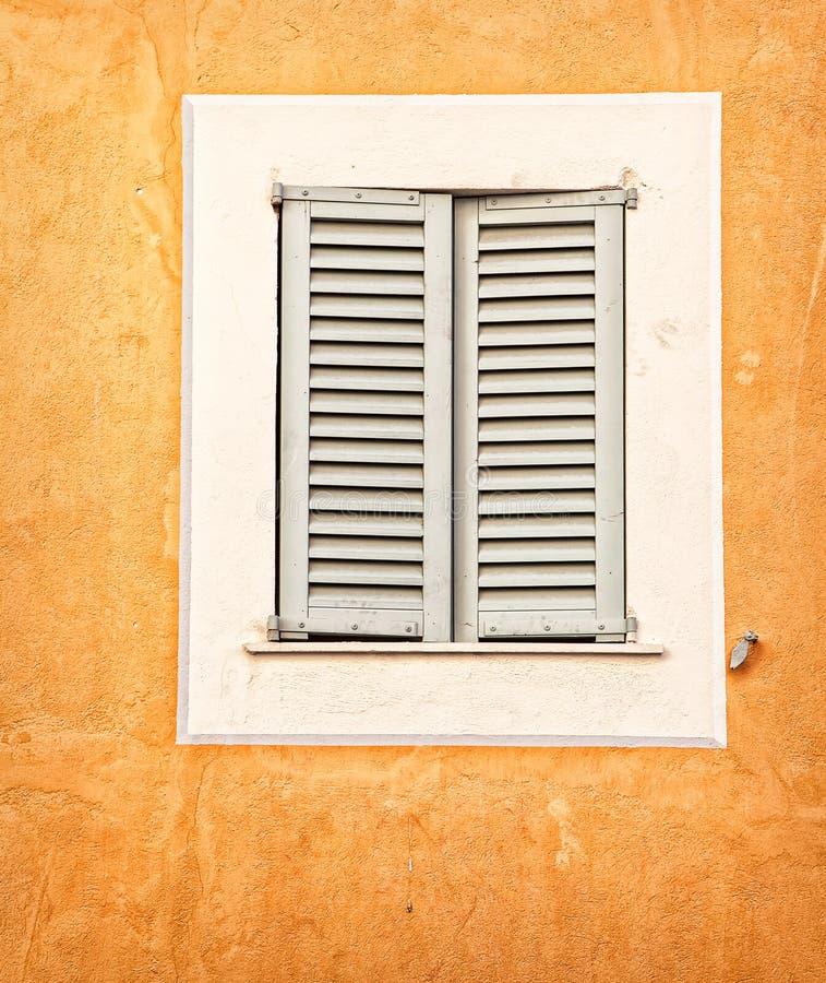Stängt med fönsterluckor royaltyfri foto