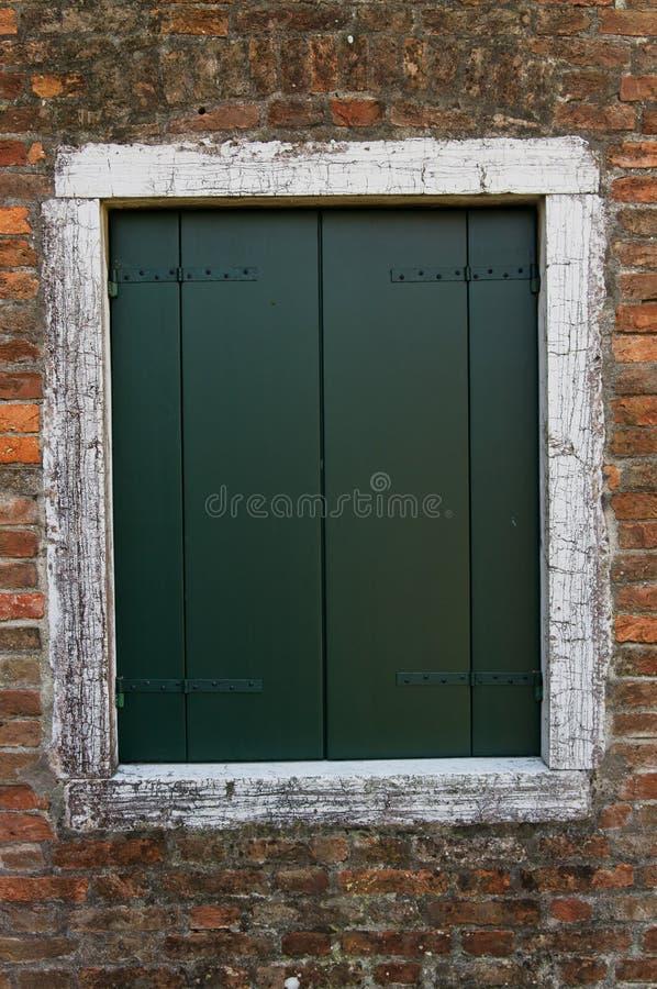 Stängt stänger med fönsterluckor fotografering för bildbyråer