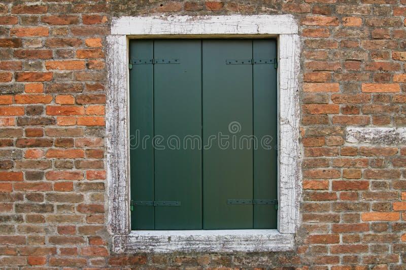 Stängt stänger med fönsterluckor arkivfoto