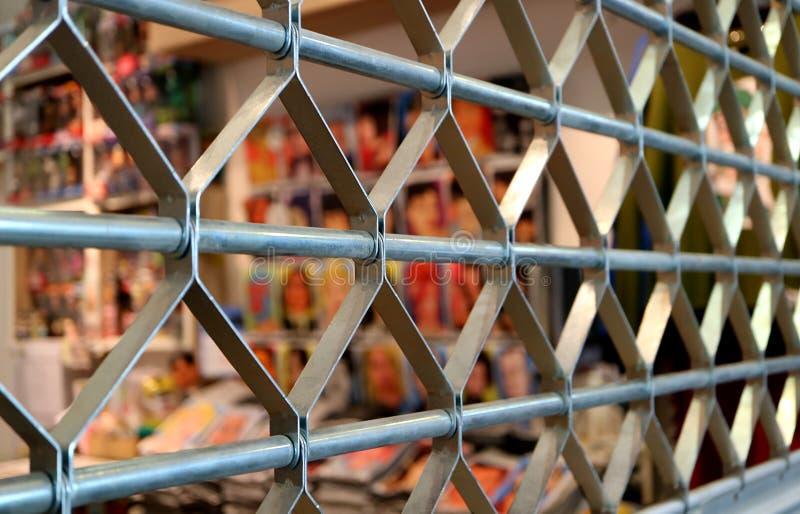 Stängt upp dörr för rostfritt stålrullslutare i perspektivsikt med den selektiva fokusen arkivfoton