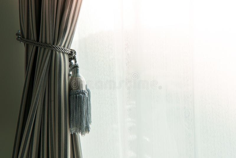 Stängt upp den härliga gardinen i dagsljushembegrepp royaltyfri foto