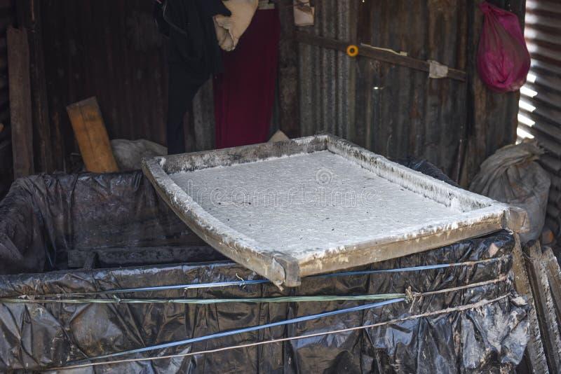 Stängt upp mullbärsträdträmassasikten i pappers- fabrik, Nepal arkivbild