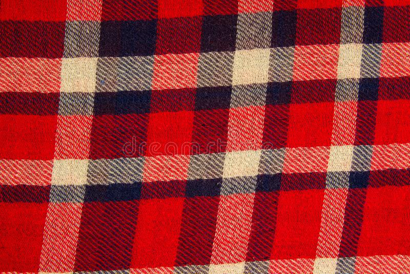 Stängt upp textur av vit och röd för hipsterskjortakontroll modellen den bluee, arkivbild