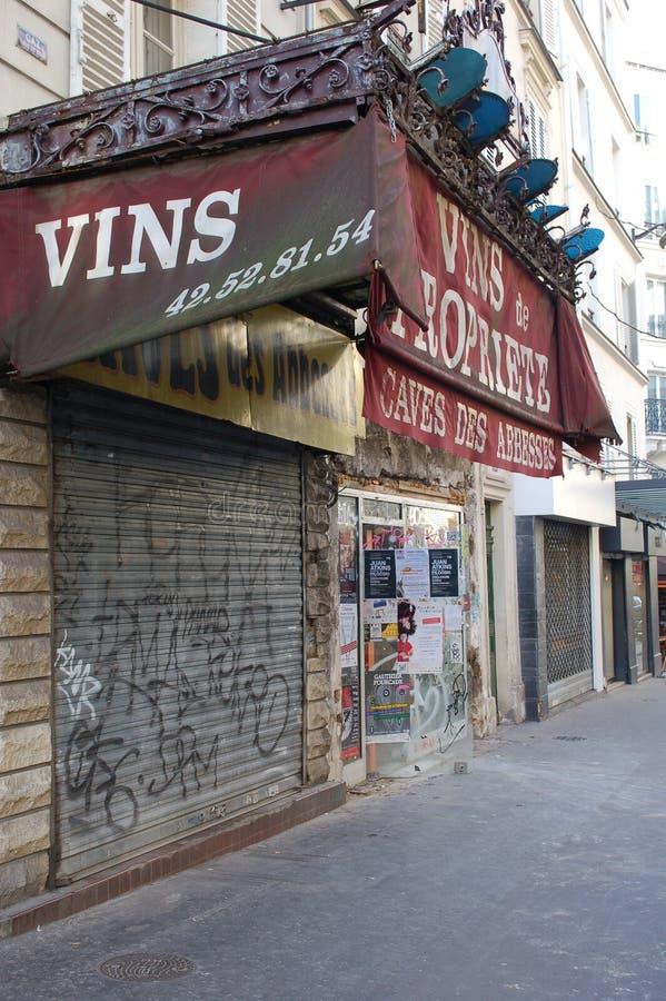 Stängt vin shoppar i paris med grafitti arkivbilder