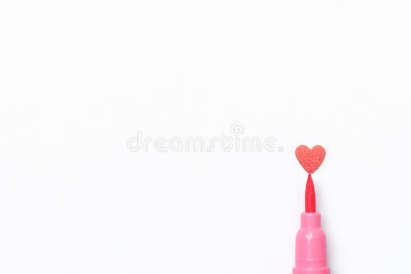 Stänk för sockergodis i penna för borste för hjärtaform rosa på vitbokbakgrund Efterföljd av teckningen valentin arkivbild