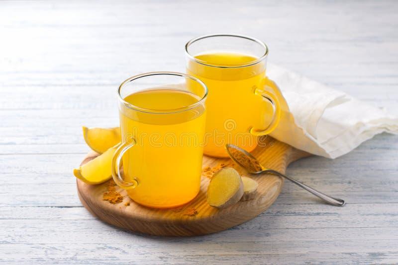 Stärkande drink för energi med gurkmeja, ingefäran, citronen och honung fotografering för bildbyråer