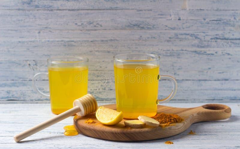 Stärkande drink för energi med gurkmeja, ingefäran, citronen och honung royaltyfri fotografi