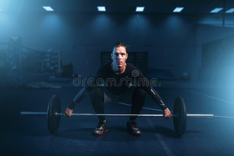 Stärkeathlet auf Training, Training mit Barbell lizenzfreie stockfotografie