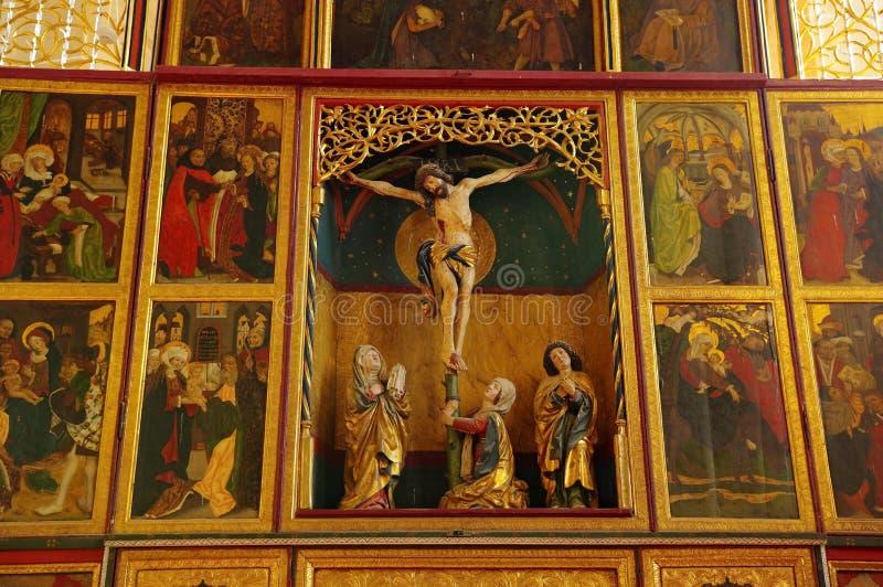 Stärkt kyrklig insida - kors arkivfoto