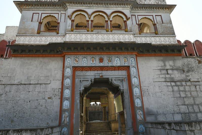 Stärkt vägg och port för stenmurverk på den Vitthal templet, Palashi, Parner, Ahmednagar arkivbild