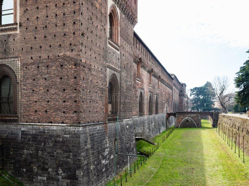 Stärkt vägg, vallgrav och bro av den Sforza slotten arkivbild