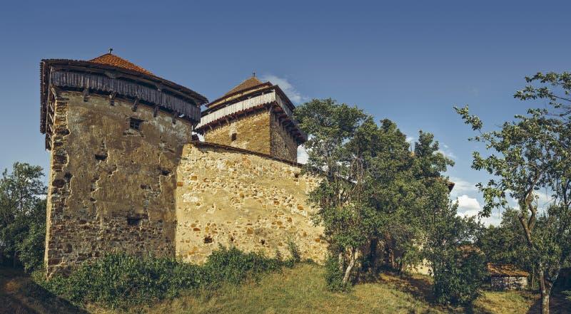 Stärkte kyrkligt torn- och försvarväggar royaltyfria foton