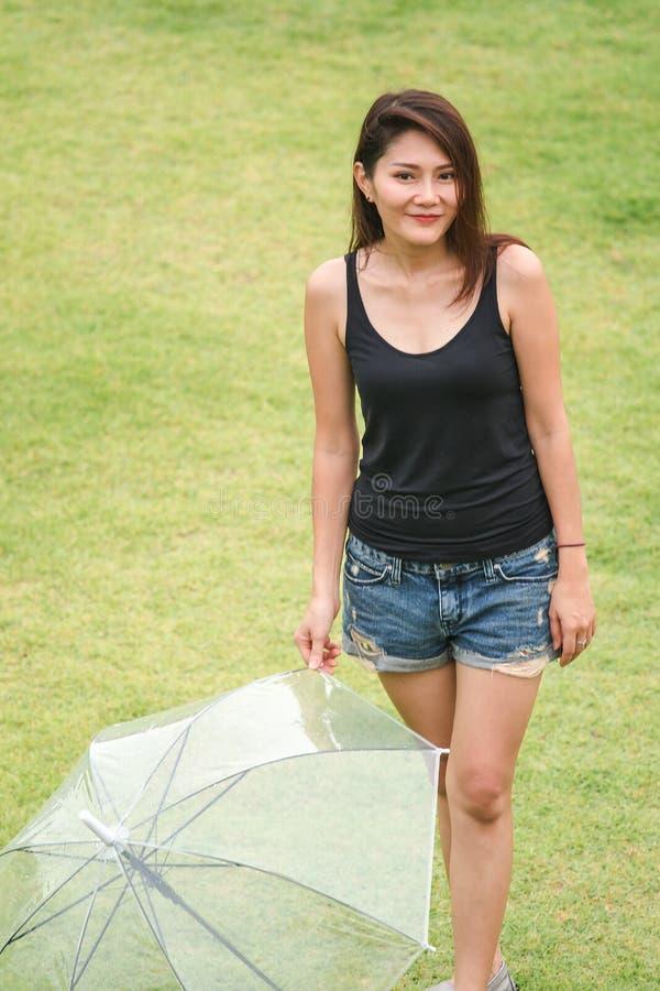 Stå för kvinna poserar på gräsmattan arkivbilder