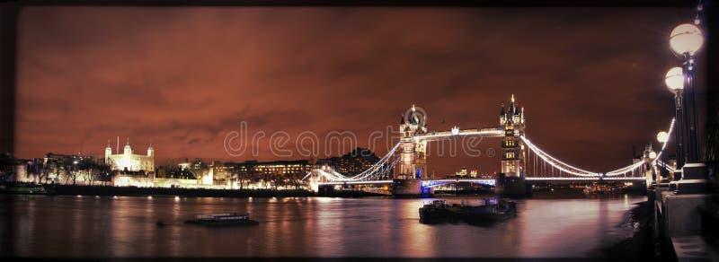 Stå hög överbryggar vid natt royaltyfria foton