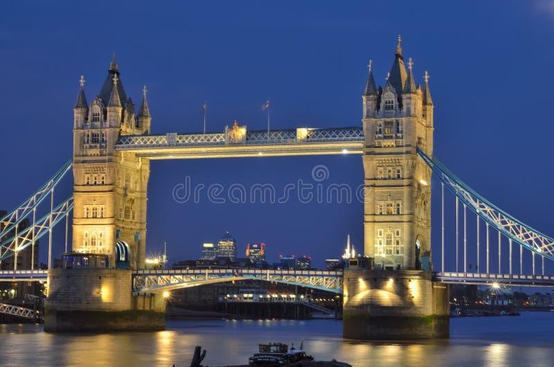 Stå högt bron över flodThemsen i London royaltyfria foton