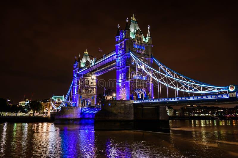 Stå högt bron på natten över flodThemsen, London, UK, England royaltyfri bild
