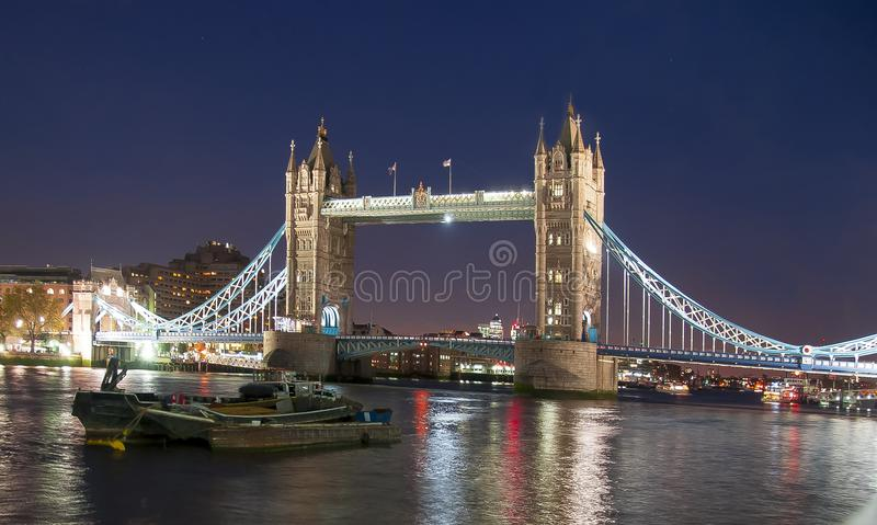 Stå högt bron på natten, London, Storbritannien royaltyfria foton