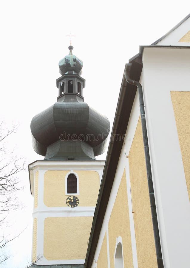 Stå högt med klockstapeln av kyrkan av den mest heliga Treenighet royaltyfria bilder