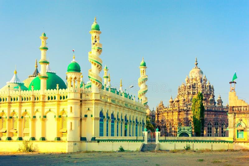 Stå högt minaret med spolningstrappuppgångar av Jama Masjid och den Mahabat Maqbara slotten Bahauddin Maqbara arkivbild