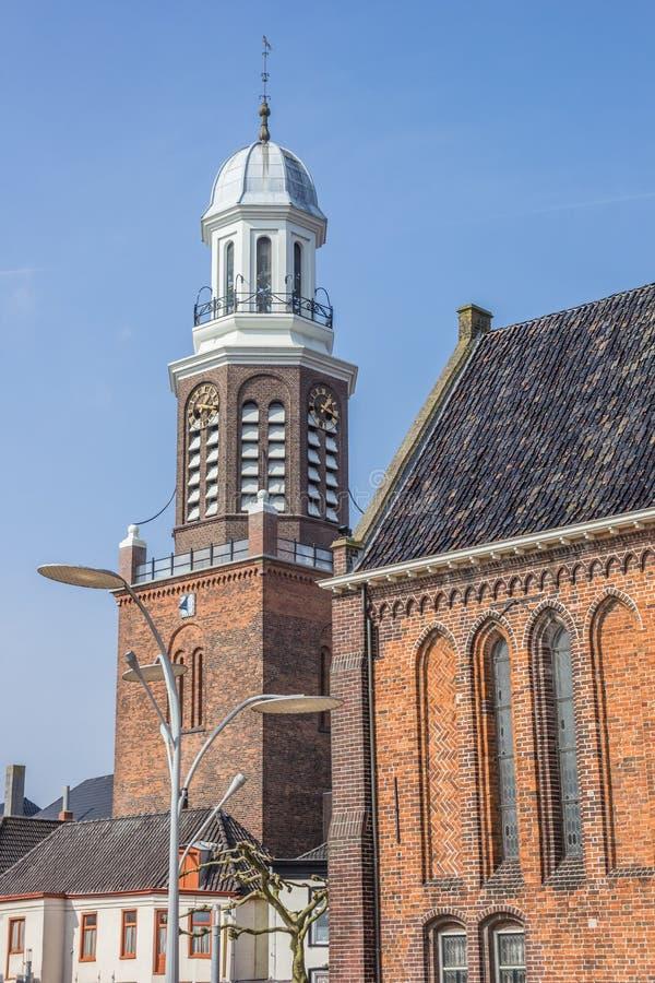 Stå högt och kyrktaga på fyrkanten för den centrala marknaden i Winschoten royaltyfri bild