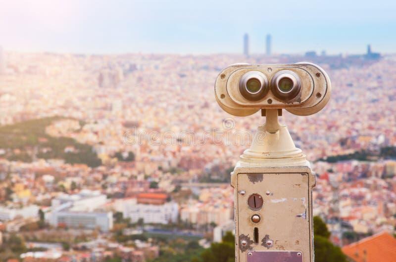 Stå högt tittaren på toppmötet av monteringen Tibidabo som förbiser Barcelona arkivbilder