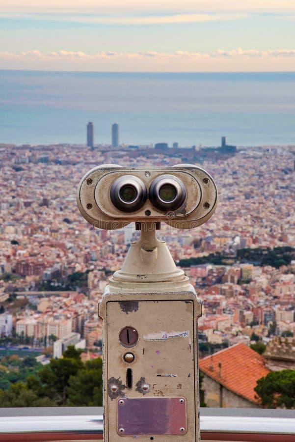 Stå högt tittaren på toppmötet av monteringen Tibidabo som förbiser staden av Barcelona arkivfoton