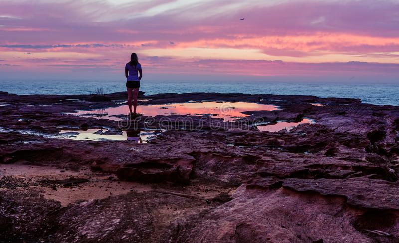 Stå i lugnen av soluppgångmorgonen arkivbilder