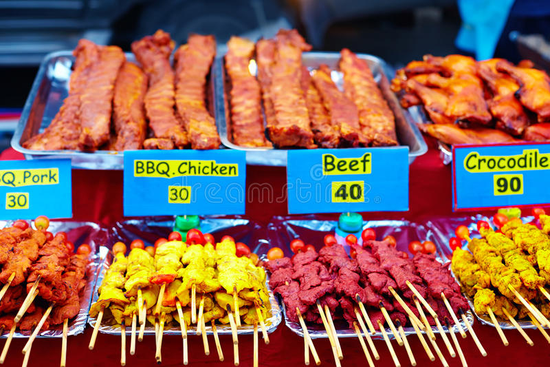 Stå med olika slag av kött på gatamarknaden arkivfoton