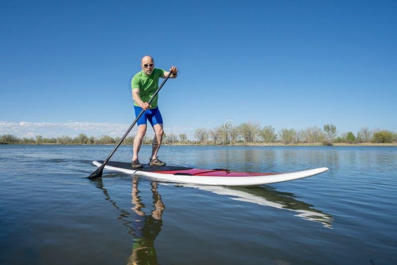 Stå upp paddleboardgenomköraren royaltyfri bild