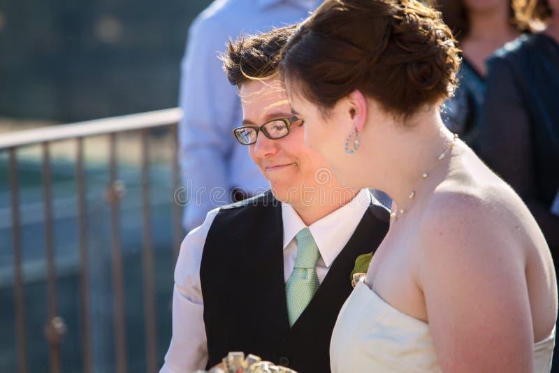 Den lyckliga lesbisk kvinna kopplar ihop arkivfoto