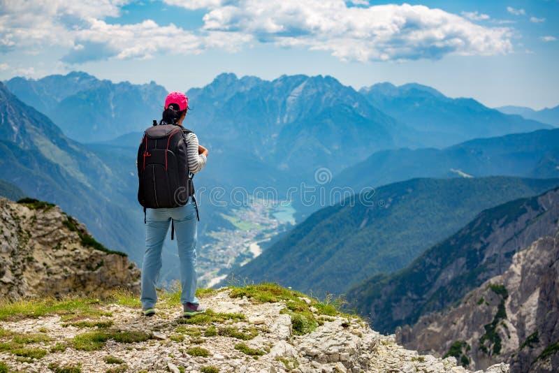 Stående övre för fotvandrarekvinna uppnå de bästa Dolomitesfjällängarna royaltyfri foto