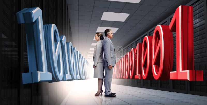Stående affärsfolk tillbaka att dra tillbaka med den binära koden 3d arkivbild
