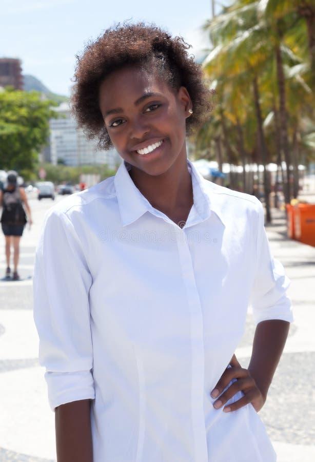 Stående afrikansk amerikankvinna i staden arkivbilder