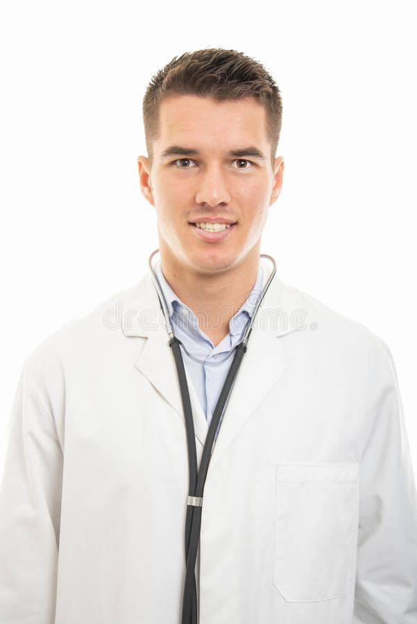 Stående av ämbetsdräkten och statoscope för ung stilig doktor den bärande vita royaltyfri bild