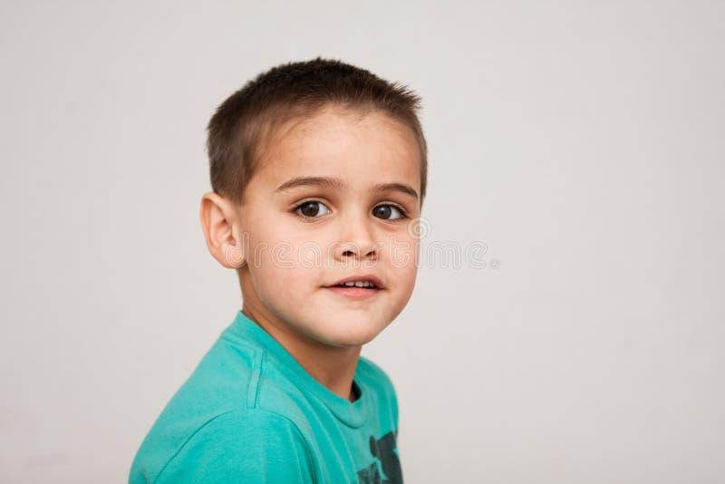 Stående av årig pojke gulliga fyra med kort frisyr arkivbild