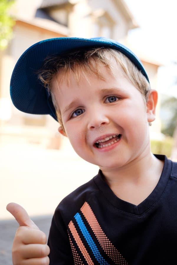 Stående av årig pojke som 4 ger upp tummar fotografering för bildbyråer