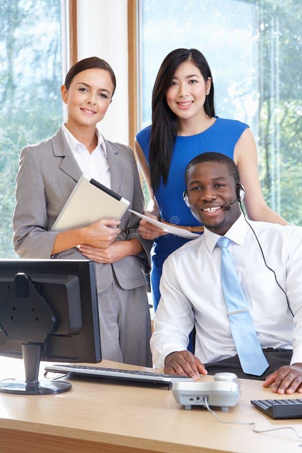 Stående av affären Team Working In Office arkivbild