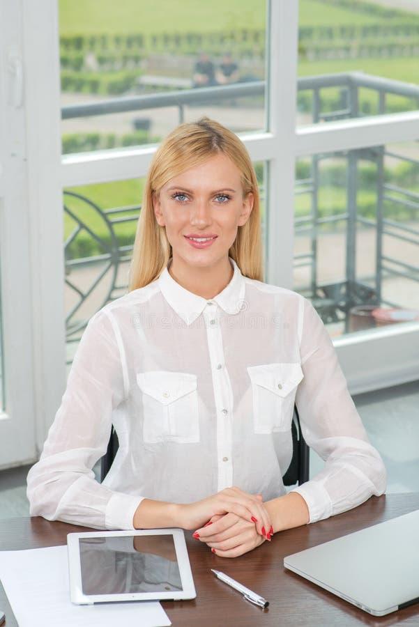 Stående av affärskvinnan Härlig smilin för kvinnakontorsarbetare royaltyfri bild