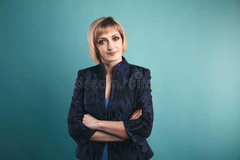 Stående av affärskvinnan i dräkten som isoleras i en studio royaltyfria bilder