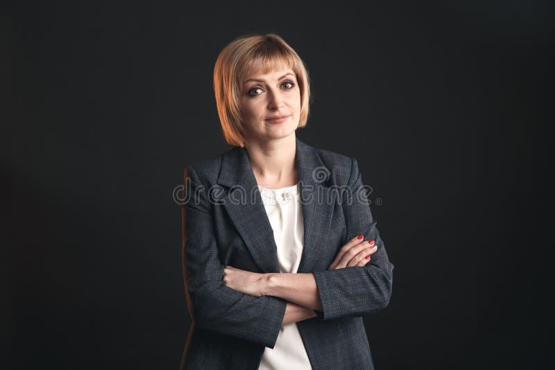 Stående av affärskvinnan i dräkten som isoleras i en studio arkivbild