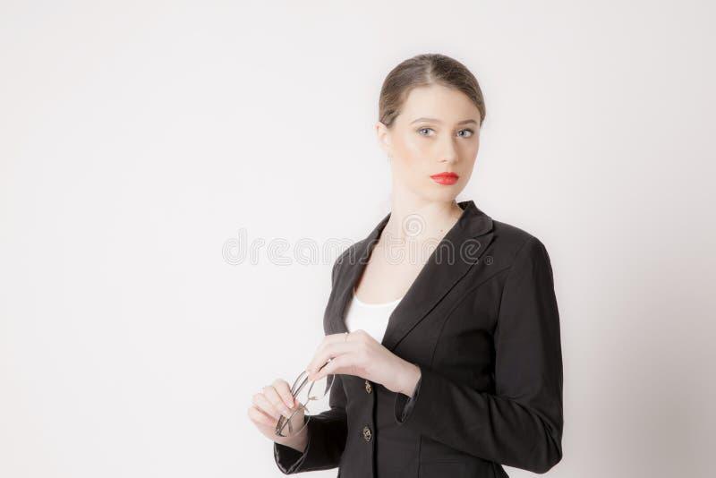 Stående av affärskvinnan med exponeringsglas på en vit bakgrund royaltyfria bilder